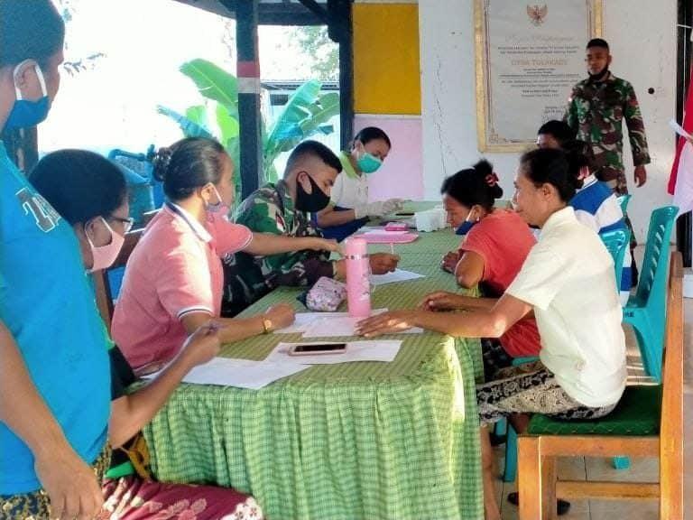 Cegah Malaria, Satgas Yonif RK 744 Periksa Darah dan Bagikan Kelambu di Perbatasan
