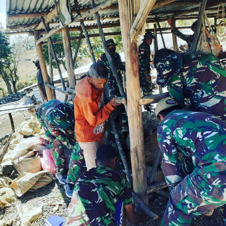 Satgas Yonif Rk 744/SYB Bantu Perbaiki Dan Bangun Rumah Warga