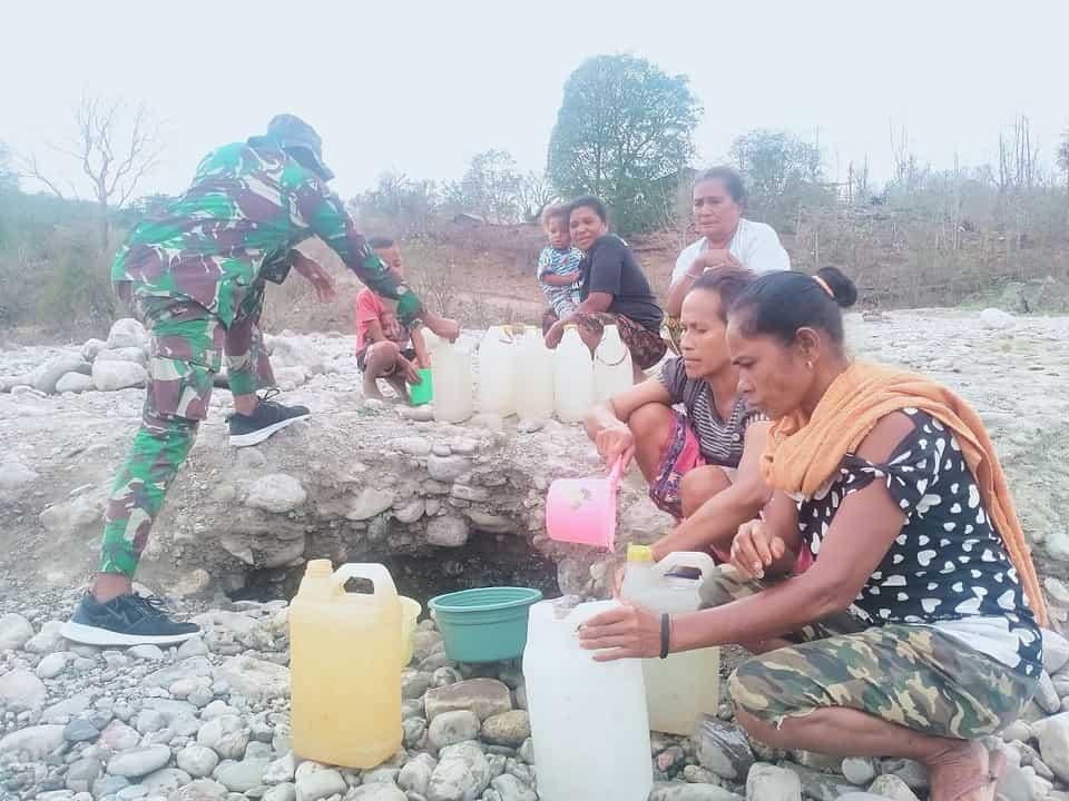 Kesulitan Air Bersih di Perbatasan, Satgas Yonif 744 Bantu Warga Penuhi Kebutuhan Air Bersih