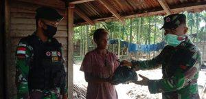 Sembako Satgas Yonif MR 413/Bremoro Bantu Kebutuhan Pokok Masyarakat Gambut