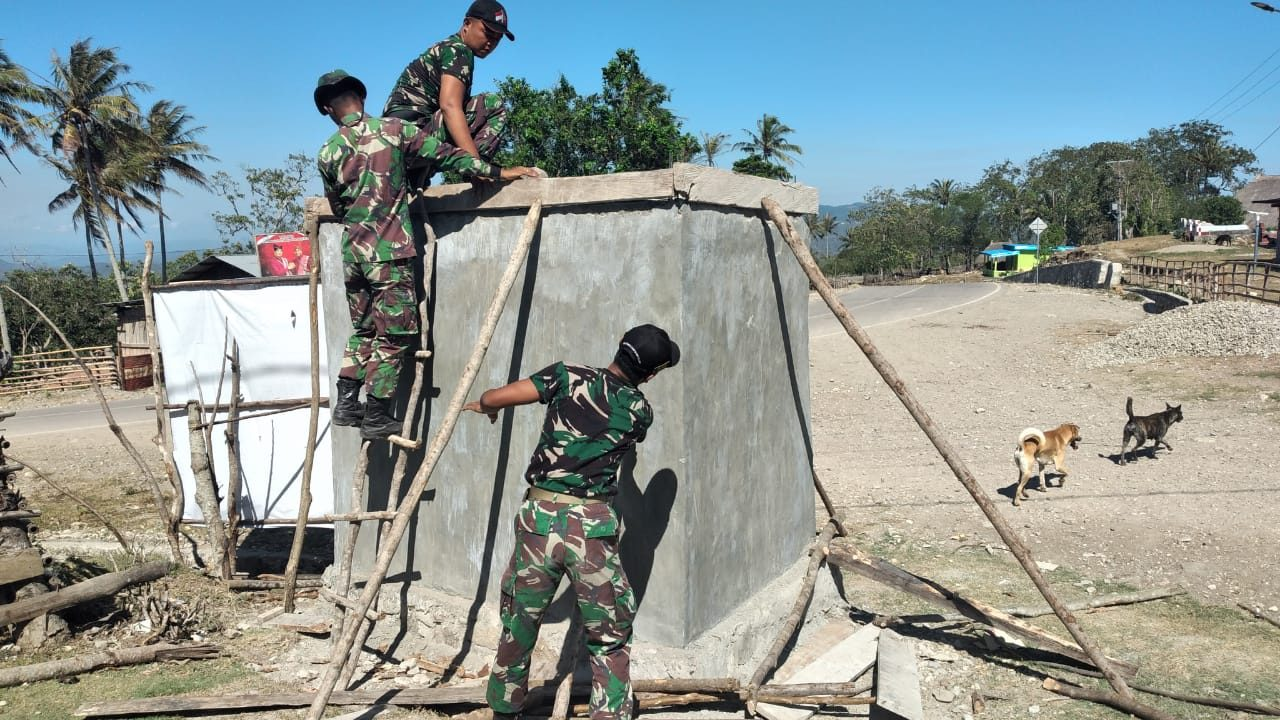 Solusi Atasi Kesulitan Air Warga Perbatasan, Satgas Pamtas Yonarmed 3/105 Tarik, Bangun Bak Penampungan Air