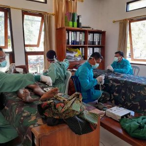 Ringankan Beban Masyarakat Di tengah Pandemi Covid-19, Satgas Yonif 744 Bagikan Sembako