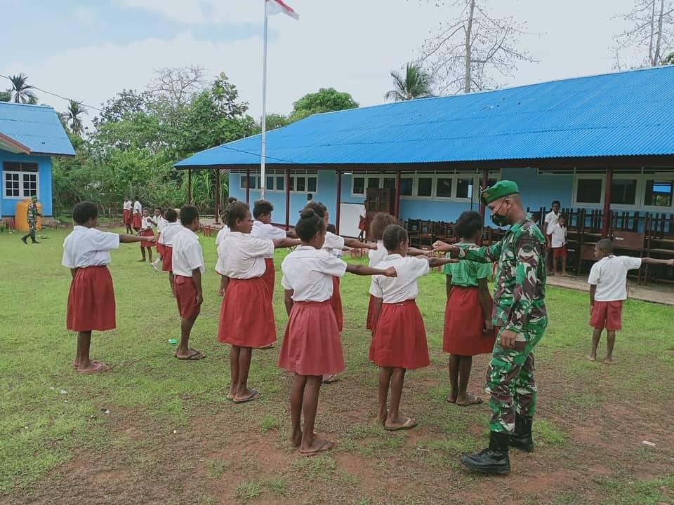 Tanamkan Sikap Disiplin, Satgas Yonif 125 Ajarkan PBB Kepada Siswa-Siswi SD YPK Toray