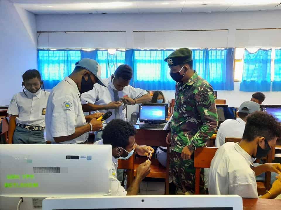 Tingkatkan Kemampuan Siswa SMK Papua, Satgas Yonif 413 Bremoro Berikan Materi Komputer