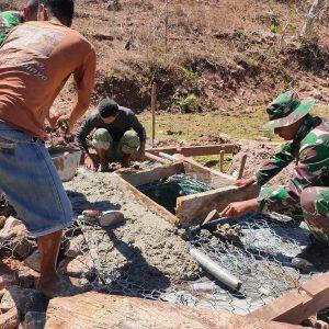 Lancarkan Pasokan Air Bersih Untuk Warga, Satgas Yonif RK 744 Lakukan Pengecoran Saluran Sumber Air