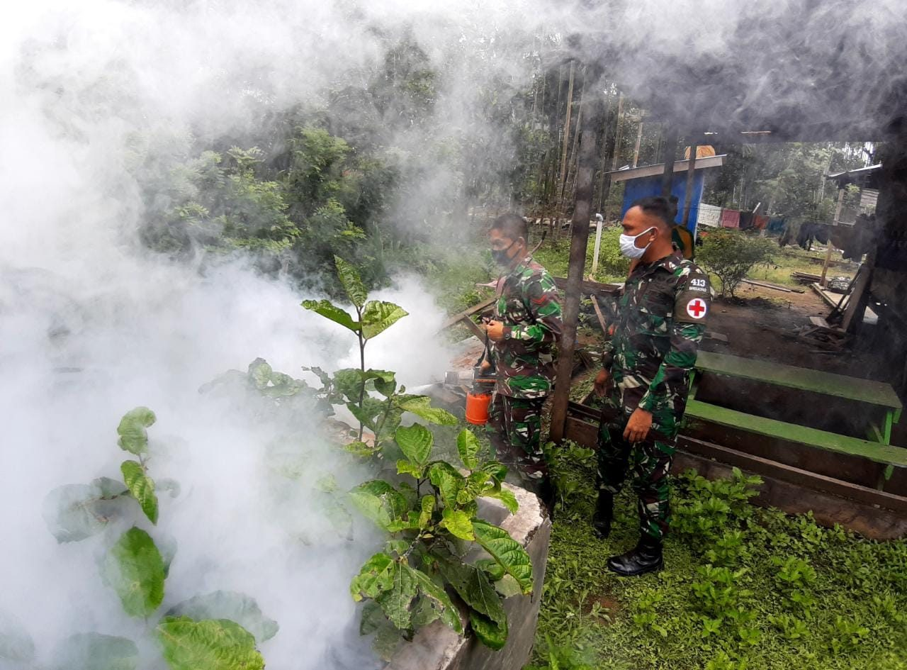 Cegah Wabah Malaria, Satgas Yonif 413 Bremoro Asapi Kampung Kibay