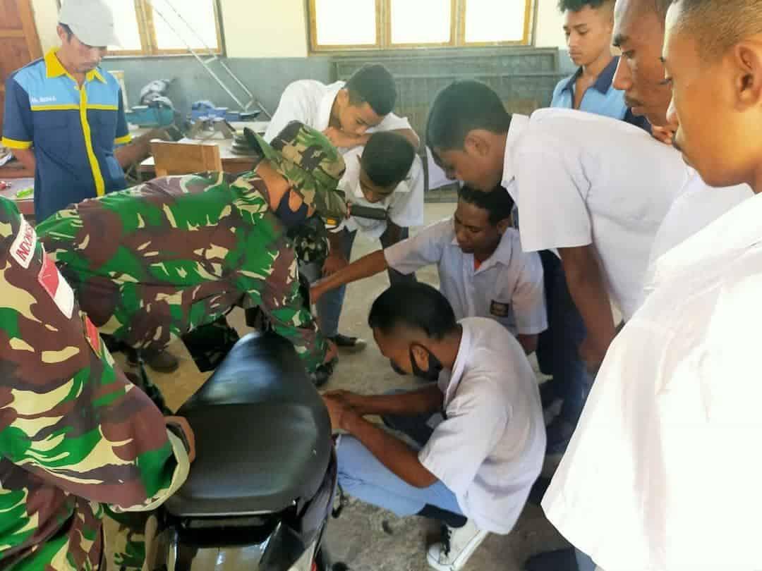 Bantu Siswa SMK 2 Belu Siap Bekerja, Satgas Yonif 744 Berikan Pelatihan Otomotif