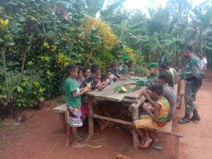 Kreasikan Potensi Lingkungan, Satgas Yonif 125/Si'mbisa Ajarkan Warga Bupul Membuat Ketupat