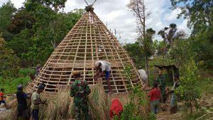 Lestarikan Budaya Indonesia, Satgas Yonarmed 3/105 Tarik Bangun Rumah Adat Timor