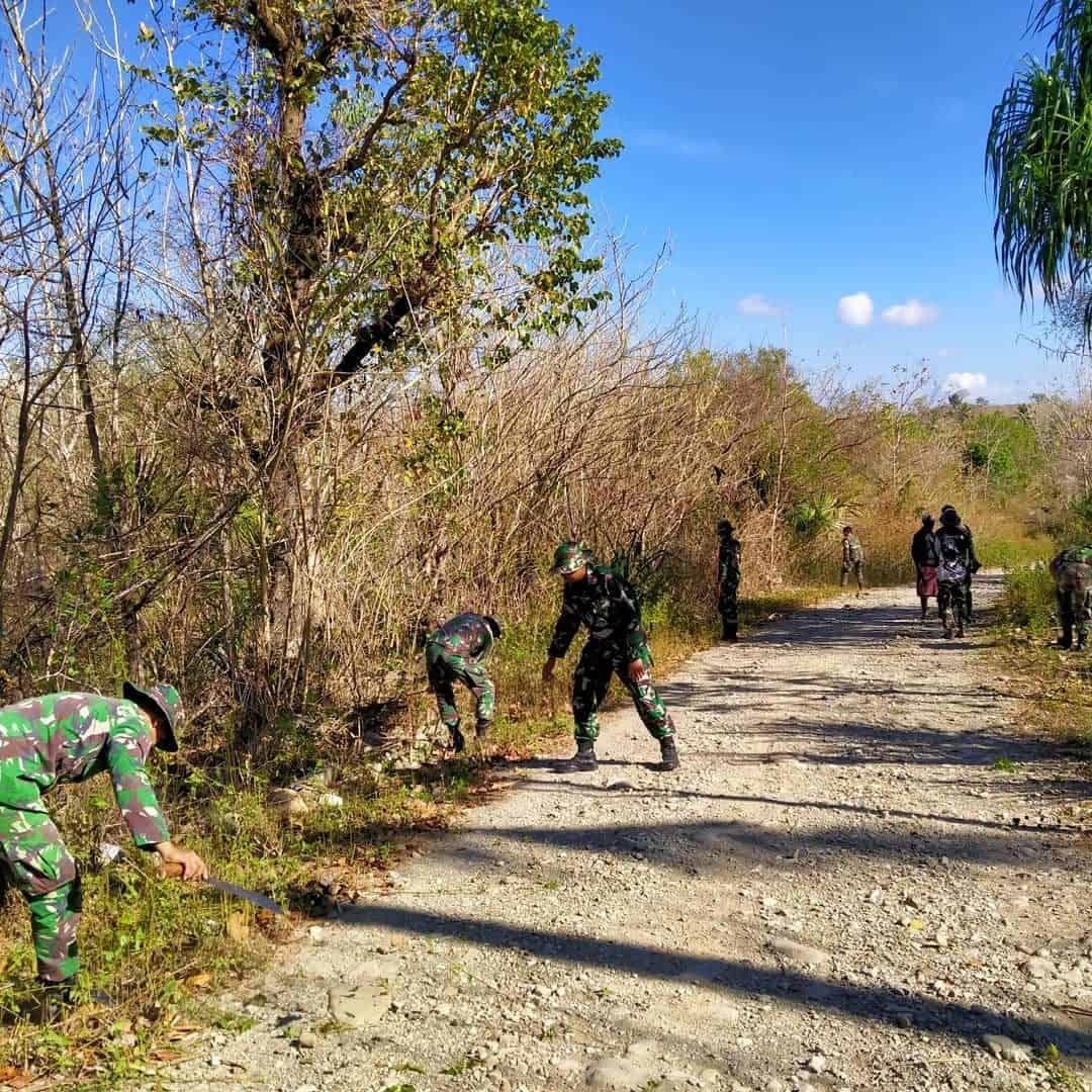 Ciptakan Lingkungan Asri, Satgas Yonif RK 744 Gotong-Royong Bersihkan Jalan