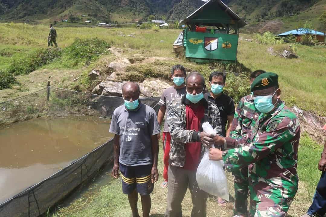 Dukung Ketahanan Pangan, Satgas Yonif R 323 Bagikan 1000 Bibit Ikan Lele di Kampung Mbua