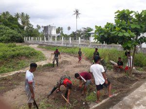 Bersama Warga, Satgas Yonif RK 732/Banau Gotong-Royong Perbaiki Jalan Berlubang