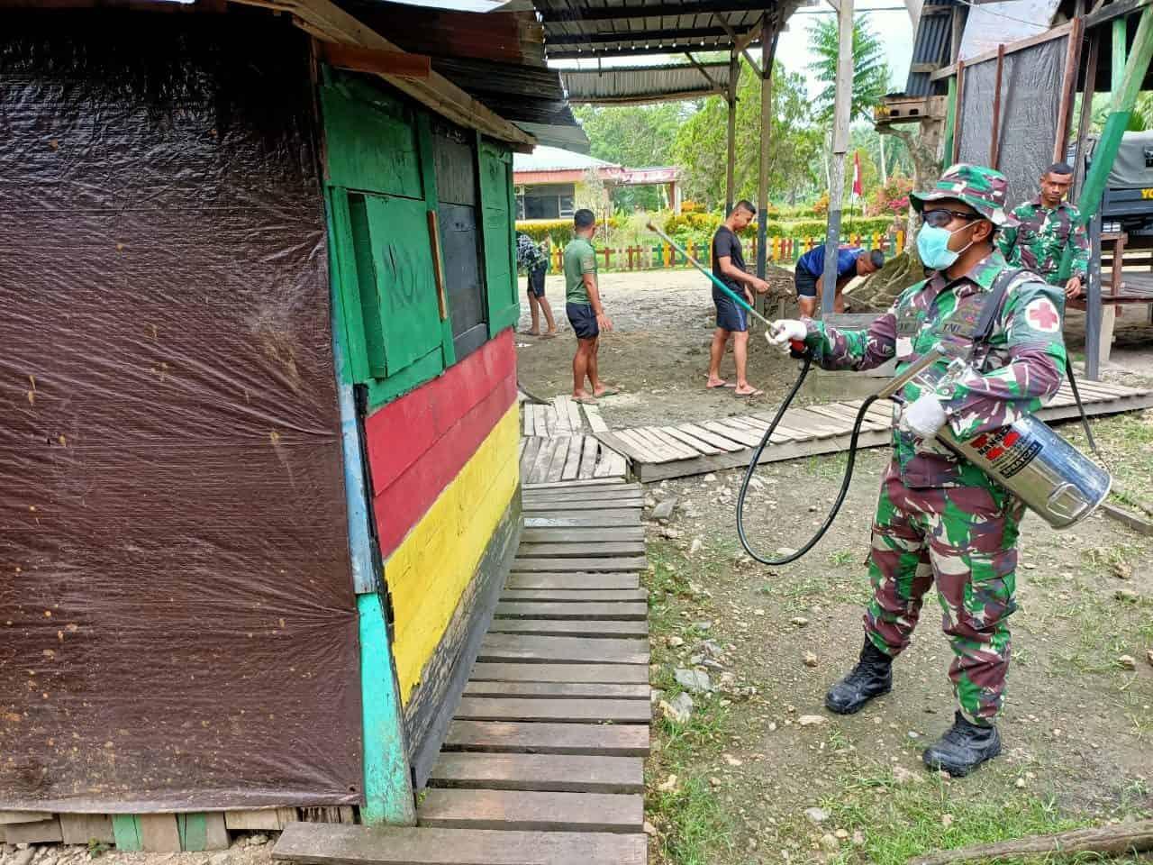 Semprotkan Insektisida, Kiat Satgas Yonif 312/KH Cegah Malaria di Papua