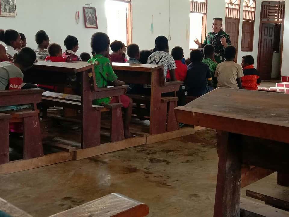 Tingkatkan Keimanan, Satgas Yonif 125 Mengajar Anak Sekolah Minggu Yanggandur