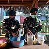 Minyak VCO Satgas Yonif MR 413 Berkhasiat Sembuhkan Penyakit Warga Kibay