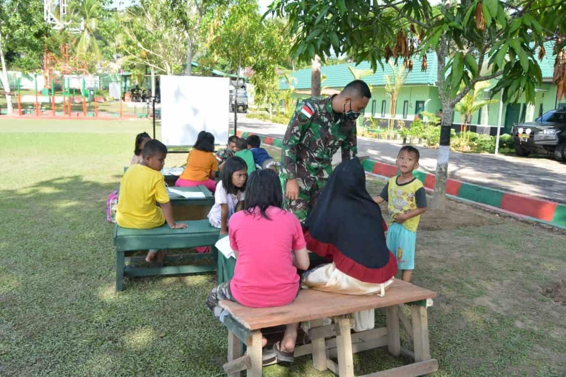 """Bantu Siswa PJJ, Satgas Pamtas Yonif 623/BWU Ajak Siswa Belajar Bersama JAKARTA, tniad.mil.id – Membantu siswa yang mengalami kendala dalam pembelajaran jarak jauh (PJJ) disebabkan pandemi Covid -19, personel Kotis Satgas Pamtas Yonif 623/BWU mengajak anak-anak di lingkungan Kotis Nunukan untuk belajar bersama di lapangan Makotis. Hal tersebut disampaikan Dansatgas Pamtas RI-Malaysia Yonif 623/BWU Letkol Inf Yordania dalam keterangan tertulisnya di Nunukan, Kalimantan Utara, Jumat (25/9/2020). Dijelaskan Yordania, kegiatan belajar bersama ini dimaksudkan untuk mengingat kembali pelajaran yang telah diberikan sekolah sebelum pandemi Covid-19 merebak di seluruh Indonesia dan dunia sekaligus memberikan kegiatan yang positif kepada anak-anak perbatasan agar dapat mengisi kegiatan harian dengan hal yang positif seperti belajar bersama dengan tenaga pendidik dari Satgas Pamtas Yonif 623/BWU dengan tetap memperhatikan protokol kesehatan """"Kegiatan belajar bersama di lapangan Makotis bertujuan agar anak-anak dapat belajar dalam suasana yang baru dan secara bersama-sama belajar dengan teman-temannya dan dapat menanyakan hal yang belum dipahami, """" ujarnya. """"Belajar di lapangan terbuka dan di bawah pohon yang rindang merupakan suasana yang menyenangkan bagi anak-anak dan merupakan hal yang baru sehingga belajar bersama dengan teman-temannya menjadi lebih semangat,"""" imbuhnya. Lebih lanjut Dansatgas mengatakan bahwa anak-anak ini dibimbing satu persatu sesuai dengan kelas mereka di sekolah sehingga mereka bisa lebih paham dan mengerti pelajaran yang telah disampaikan di sekolah. Sementara itu Avika (12) saat ditanya mengenai belajar bersama di Lapangan Makotis Satgas Pamtas Yonif 623/BWU, dirinya mengatakan sangat senang dengan metode belajar bersama seperti ini. """"Saya sa"""