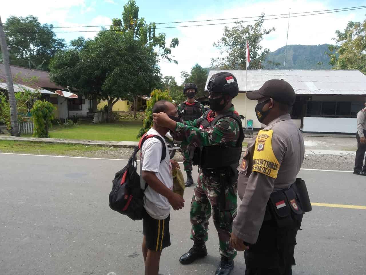 Bantu pelaksanaan Operasi Yustisi, Satgas Yonif RK 732/Banau Tertibkan Protokol Kesehatan Kepada Warga