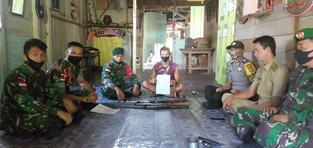 Sukarela, Warga Serahkan 3 Pucuk Senpi Rakitan Kepada Satgas Pamtas RI – Malaysia Yonif R 200/BN
