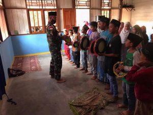 Semarakkan Kegiatan Keagamaan, Satgas Yonif 312 Ajarkan Rebana Anak-Anak Perbatasan