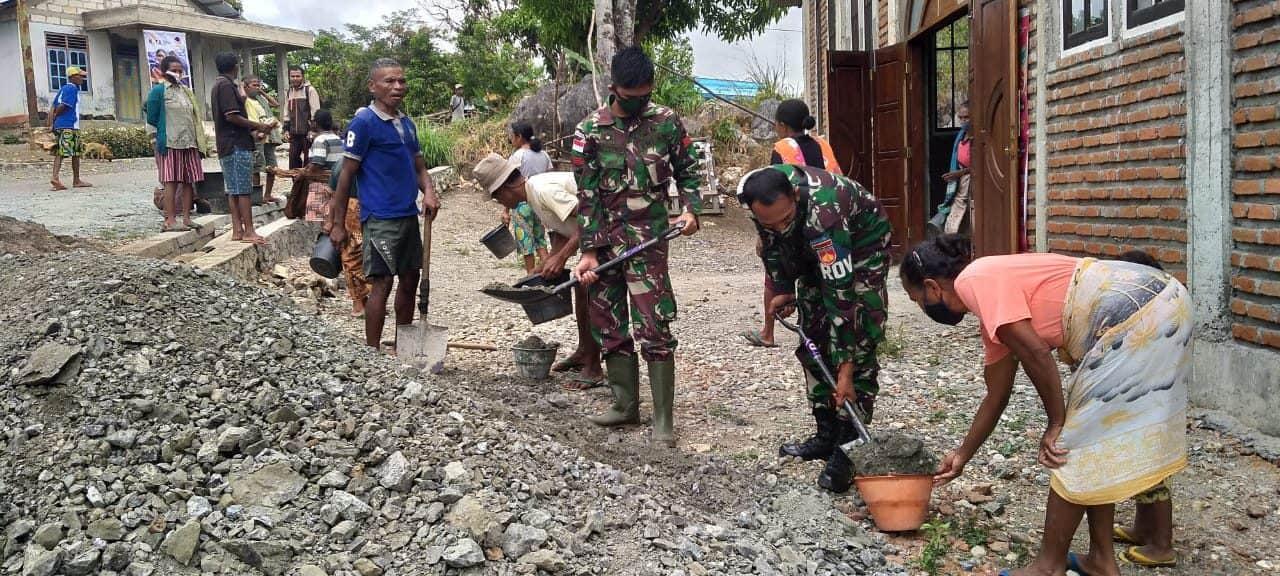 Satgas Yonarmed 3/105 Tarik Bantu Pembangunan Gereja Katolik Desa Fatuneno
