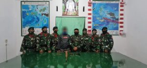 Sukarela, Warga Serahkan 2 Senpi Beserta 75 Munisi kepada Satgas Yonif RK 732/Banau