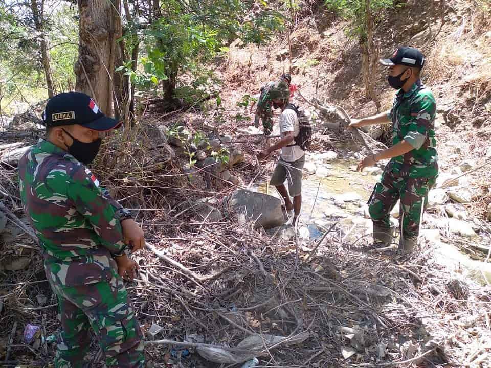 Antisipasi Banjir, Satgas Yonarmed 3/105 Tarik Bersihkan Sungai di Perbatasan RI-RDTL