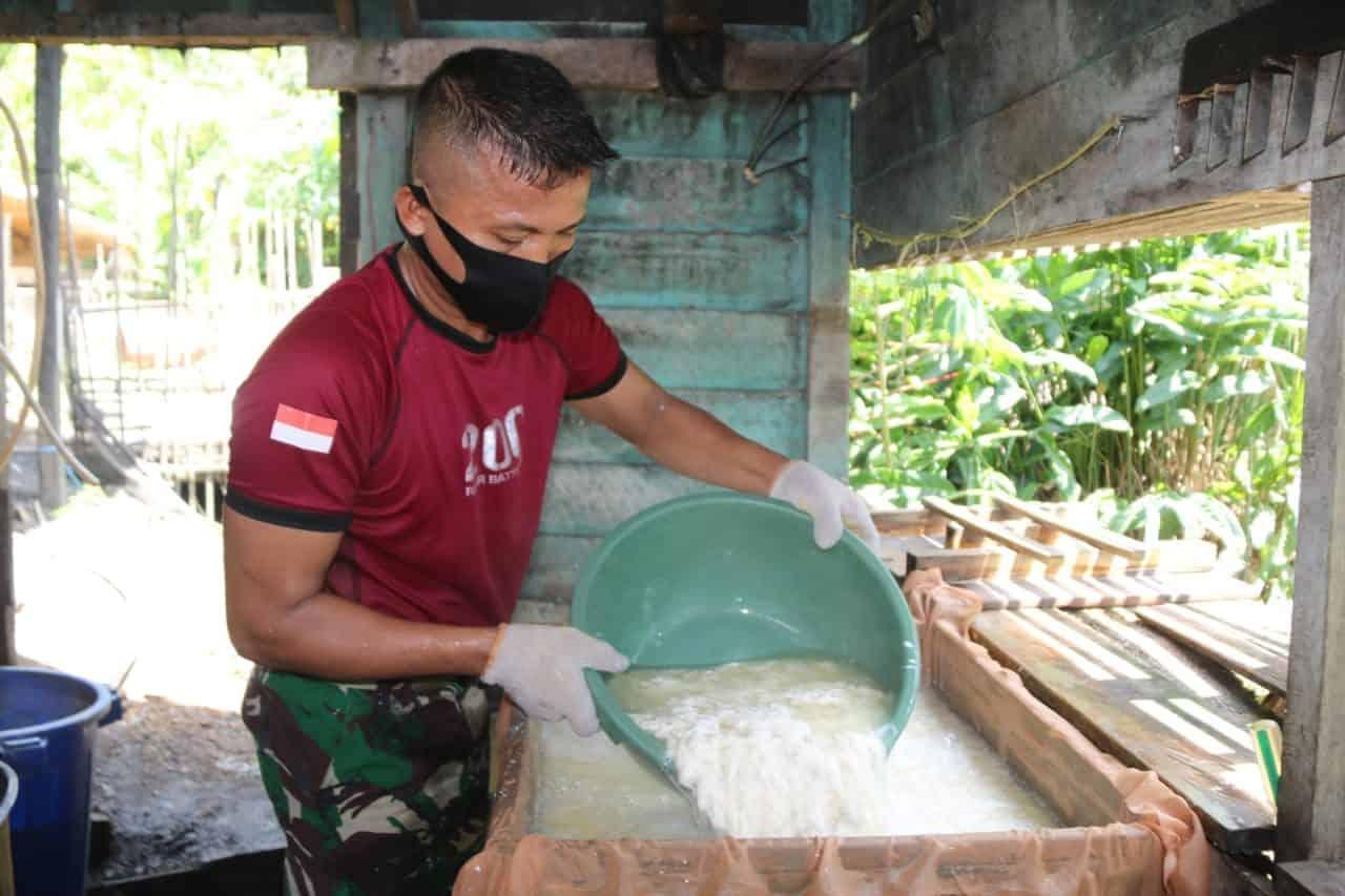 Satgas Pamtas Yonif R 200/BN Ajak Warga Batu Majang Kembangkan Usaha Pembuatan Tahu