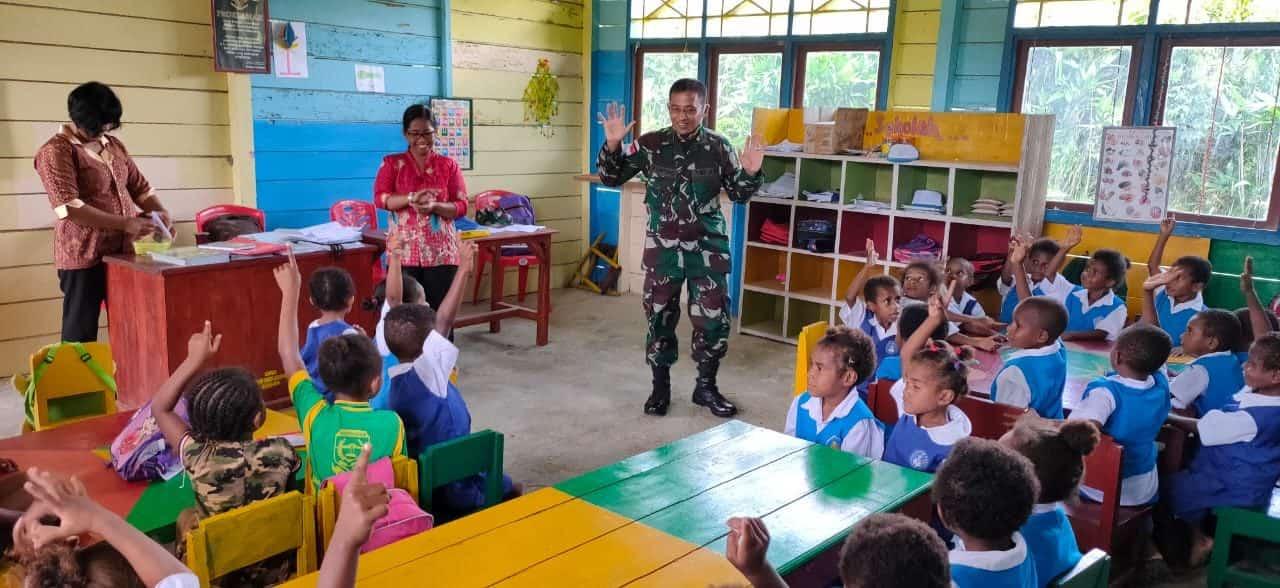 TNI Sahabat Anak, Satgas Yonif 312 Mengajar di TK Harapan Senggi Keerom