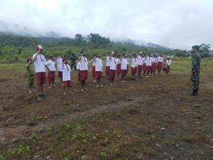 Satgas Yonif 312 Bantu Mengajar di SD Inpres Kampung Towe Hitam