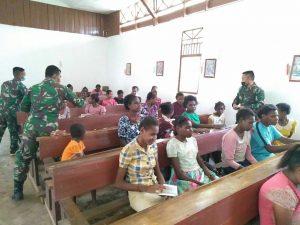 Motivasi Warga Beribadah, Satgas Yonif 125/Si'mbisa Bagikan Alkitab