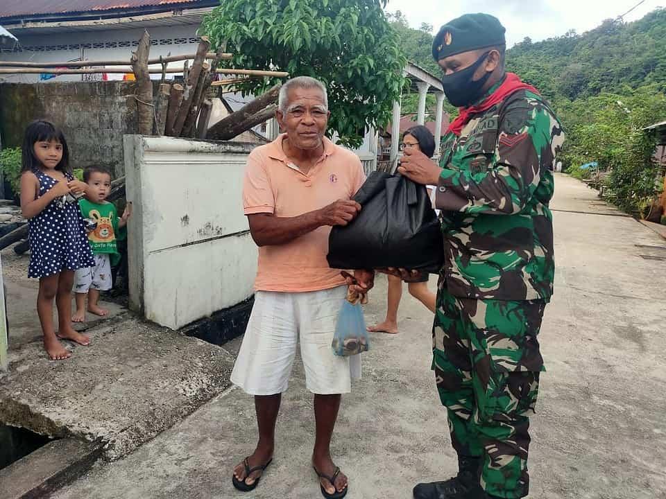 Sembako Satgas Yonif RK 732 Bagi Warga Negri Aboru dan Dusun Naira