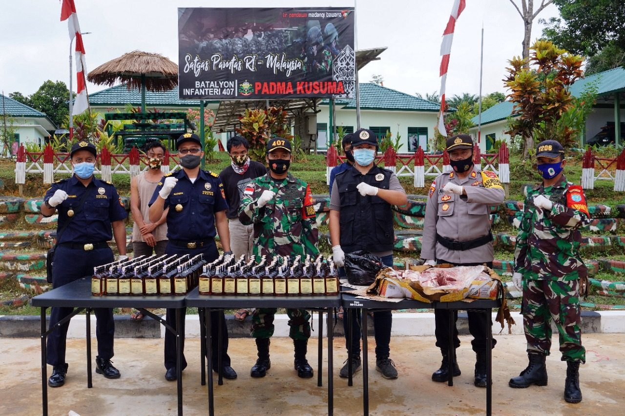 Satgas Yonif 407/PK Gagalkan Penyelundupan Ratusan Botol Miras, Daging Sapi dan Ayam