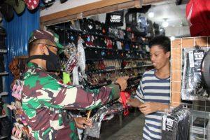 Blusukan ke Pasar, Pangdam XII/Tpr Bagikan Masker Kepada Warga