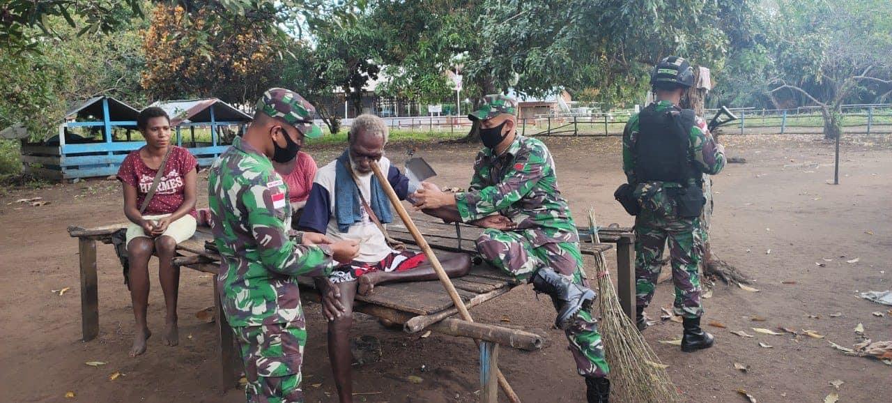 Di Kampung Tomerau, Satgas Yonif 125 Berikan Pelayanan Kesehatan Gratis