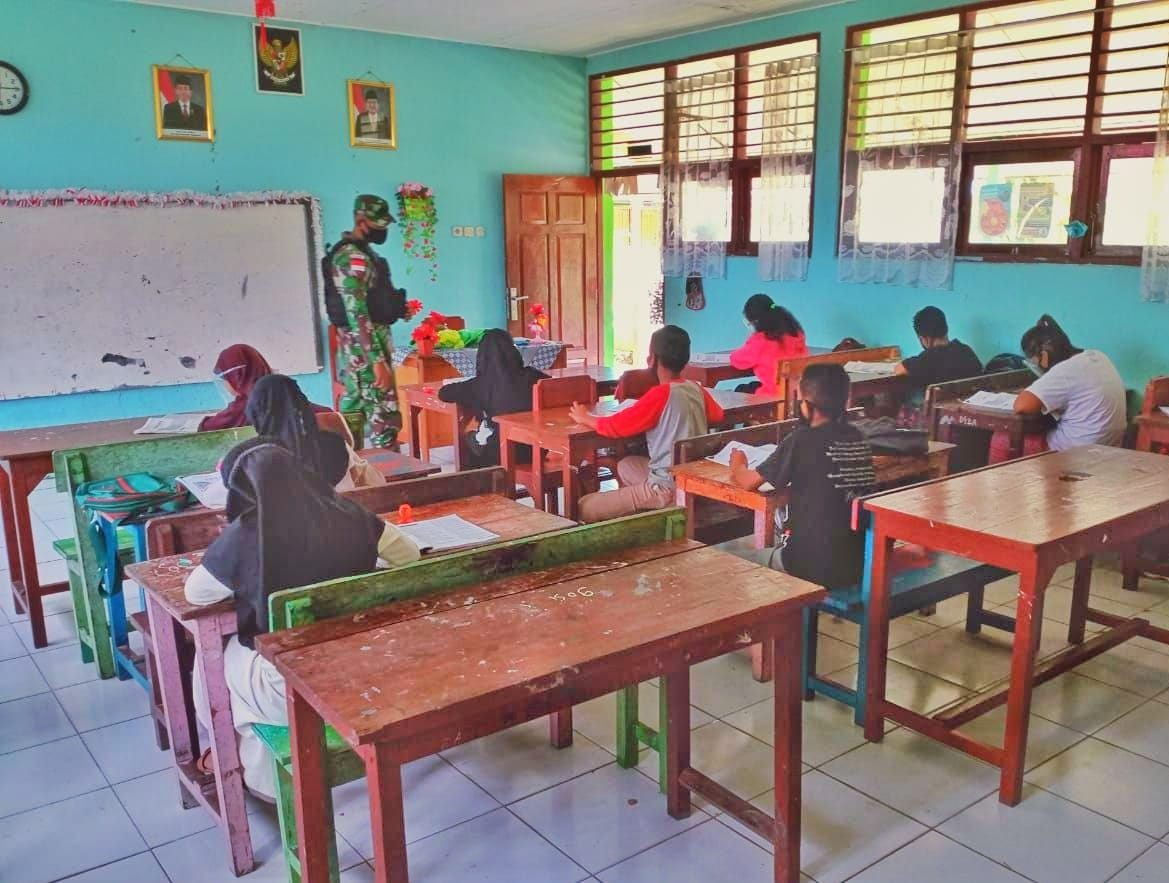 Satgas Yonif MR 413 Kostrad Cerdaskan Anak Papua di SD Inpres Arso 7