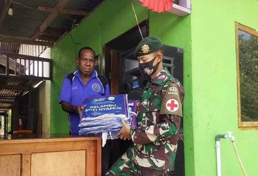 Cegah Wabah Malaria, Satgas Yonif MR 413 Kostrad Distribusikan Kelambu Insektisida