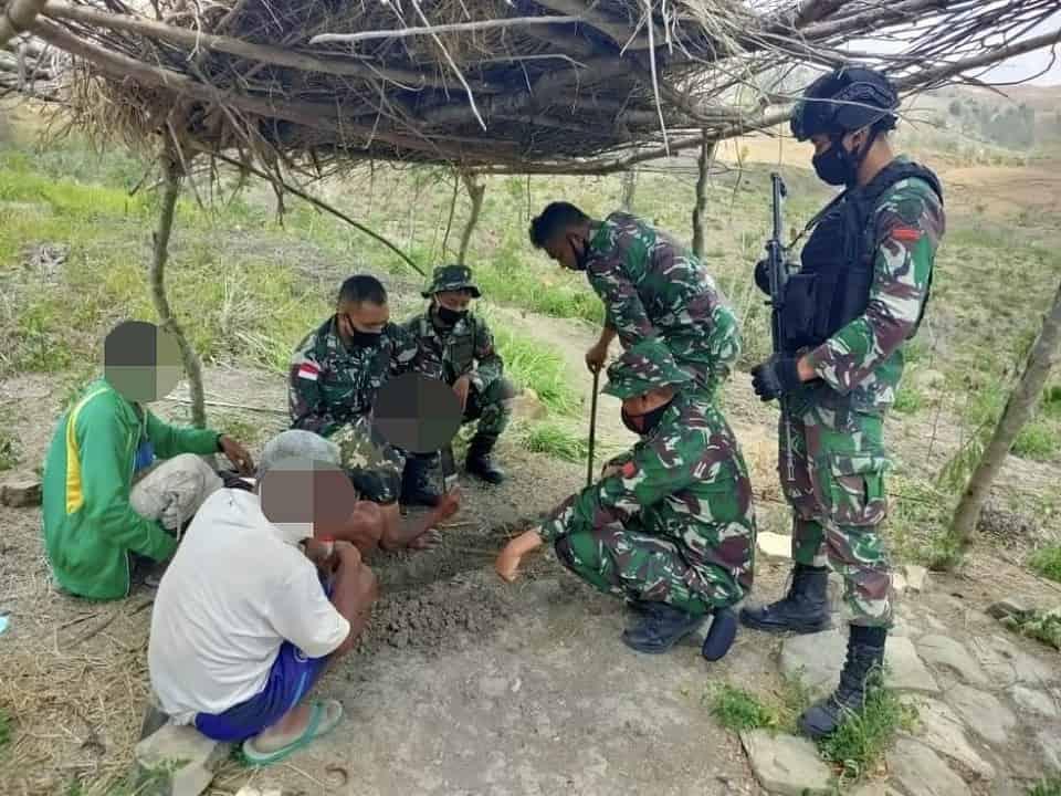 Warga Perbatasan Serahkan 1 Senpi Kepada Satgas Yonif RK 744