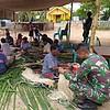 Lestarikan Budaya Papua, Satgas Yonif 125 Bersama Suku Yeinan Membuat Cenak