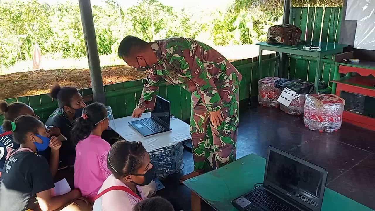 Satgas Yonif Mekanis 516/CY Ajarkan Siswa Sekolah Ilmu Komputer dan Dirikan PAUD