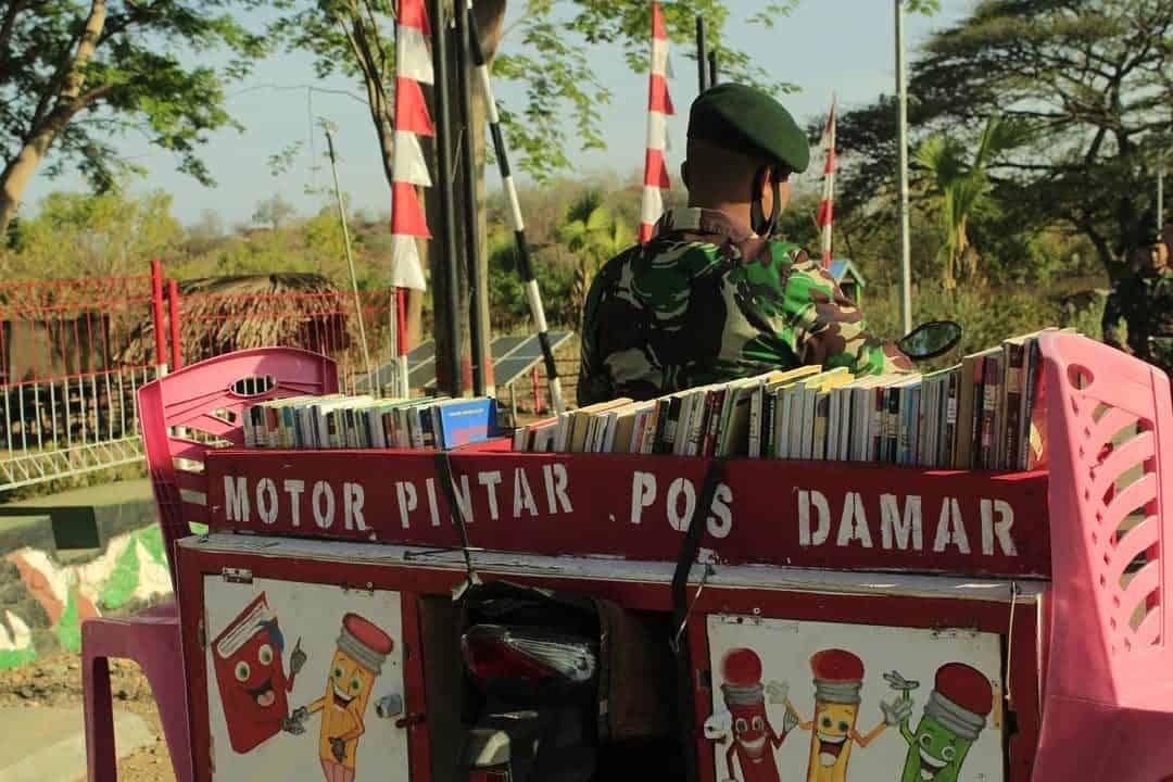 Perpustakaan Keliling Satgas Yonif RK 744 Sambangi SMP Negeri 1 Silawan