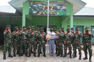 Satgas Yonif RK 732 Berikan Hadiah Kepada Pemenang Lomba Karikatur HUT ke-75 TNI