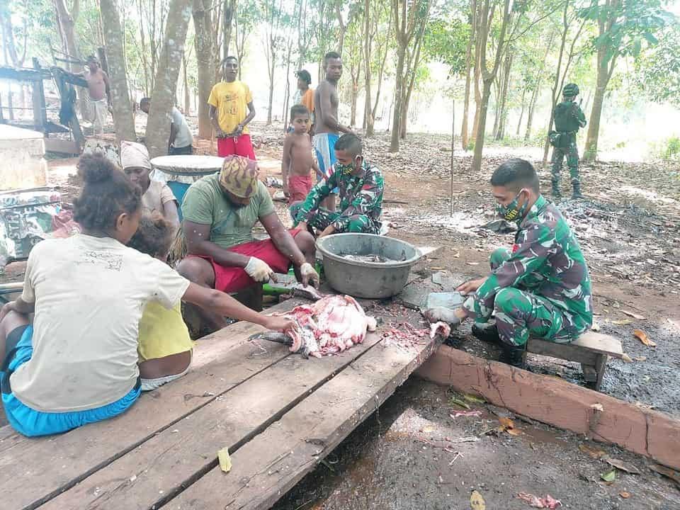 Wujud Keakraban Prajurit Satgas Yonif 125 Bersama Warga Erambu Olah Ikan Asin