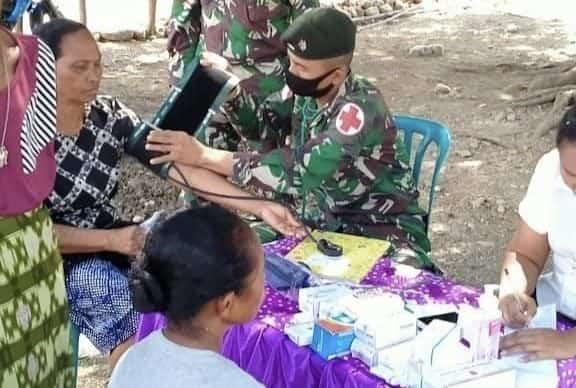 Bersama Tenaga Kesehatan RS Heliwen, Tim Kesehatan Satgas Yonif 744 Periksa Kesehatan Warga