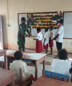 Bakti Sosial Peringati HUT Ke 75 TNI, Satgas Yonif 516 Bagikan Buku dan Seragam Sekolah