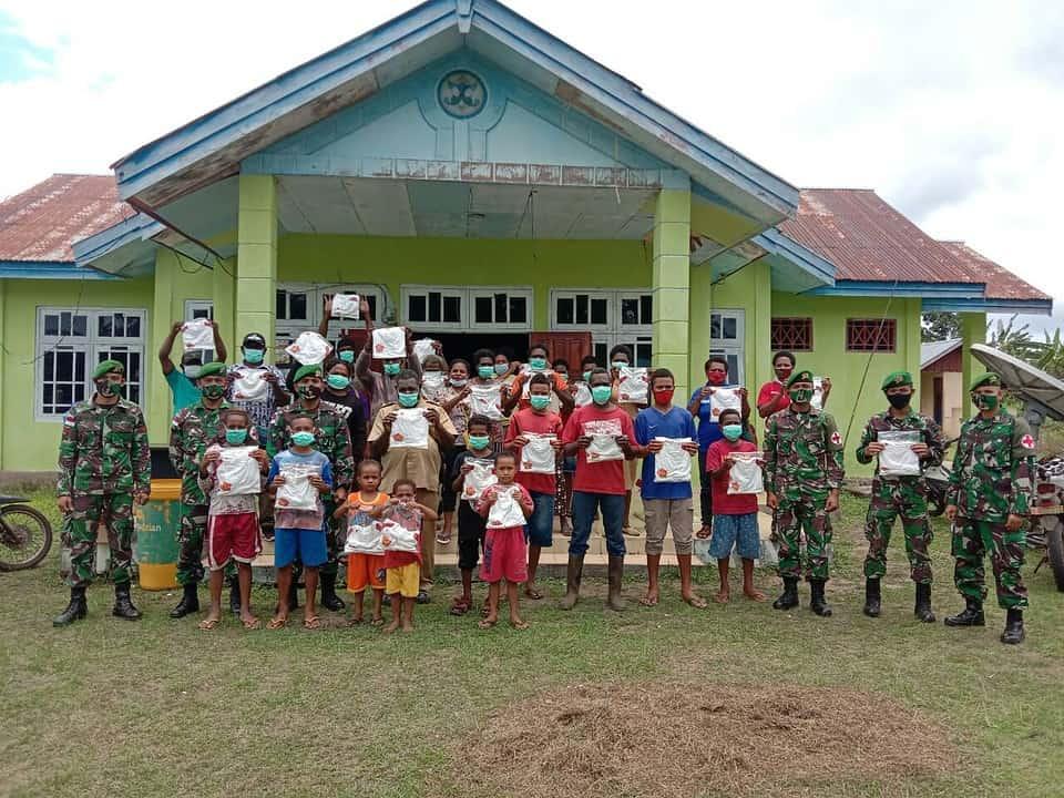 Peringati HUT ke 75 TNI, Satgas Pamtas Yonif 125/Si'mbisa Bagikan Kaos Merah Putih di Distrik Sota