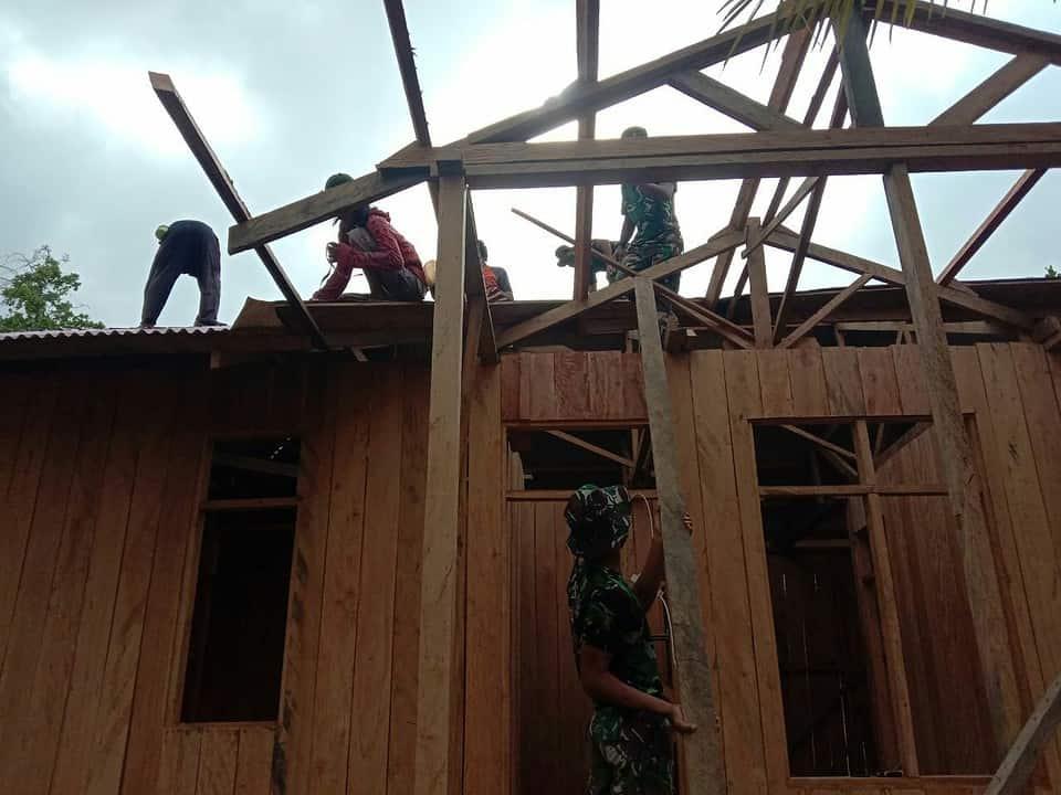 Satgas Yonif 125/Si'mbisa Gotong Royong Membangun Pastori GPI Syalom