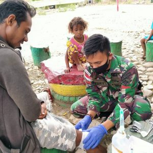 Luka Terkena Parang, Warga Desa Dafala Diobati Personel Satgas Yonif 744