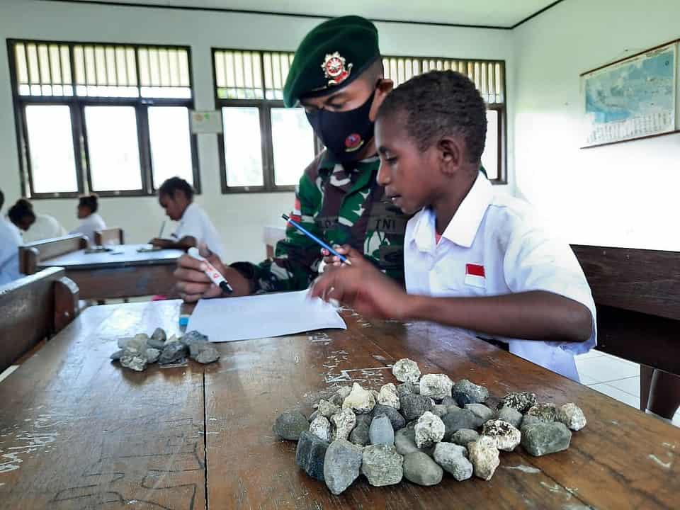 Ajarkan Metode Hitung Batu, Kiat Satgas Yonif MR 413 Cerdaskan Anak Papua