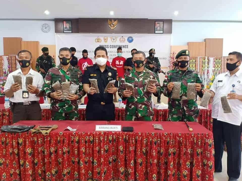 Satgas Yonif MR 413 Gelar Jumpa Pers Bersama Bea Cukai Terkait Penangkapan Penyelundup Ganja