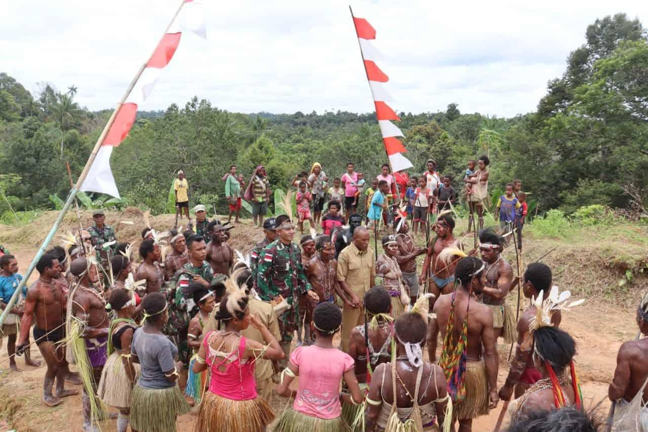 Warga Kampung Tetop Sambut Kedatangan Dansatgas Yonif Mekanis 516/CY Dengan Tarian Adat Untuk Penyerahan Tanah Hibah